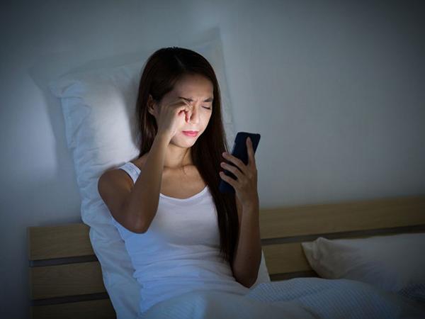 Thức khuya là nguyên nhân gây nổi mụn