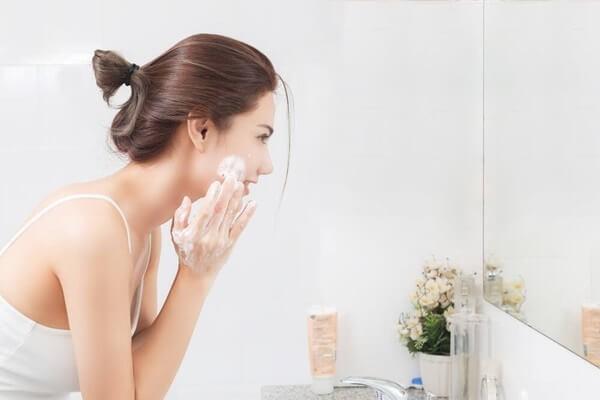 Rửa mặt chưa đúng cách là nguyên nhân gây mụn